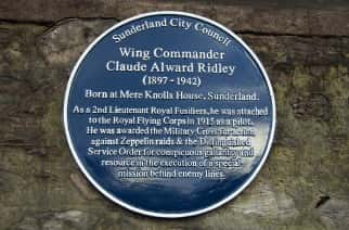 W.Cdr. Ridley's Blue Plaque outside Mere Knoll House. (Image by Ryan Lim)